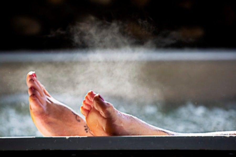 Τι παρατήρησαν οι επιστήμονες στην υγεία όσων κάνουν μπάνιο σε πολύ ζεστό νερό