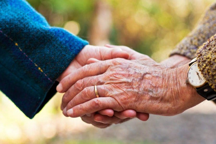 Ζευγάρι παντρεμένο επί 63 χρόνια ενώνει τα χέρια του για πρώτη φορά μετά από 8 μήνες