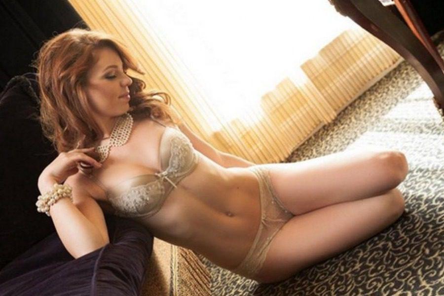 «Kουνελάκι» του Playboy σέρβιρε το φαγητό πάνω στο γuμνό κορμί της