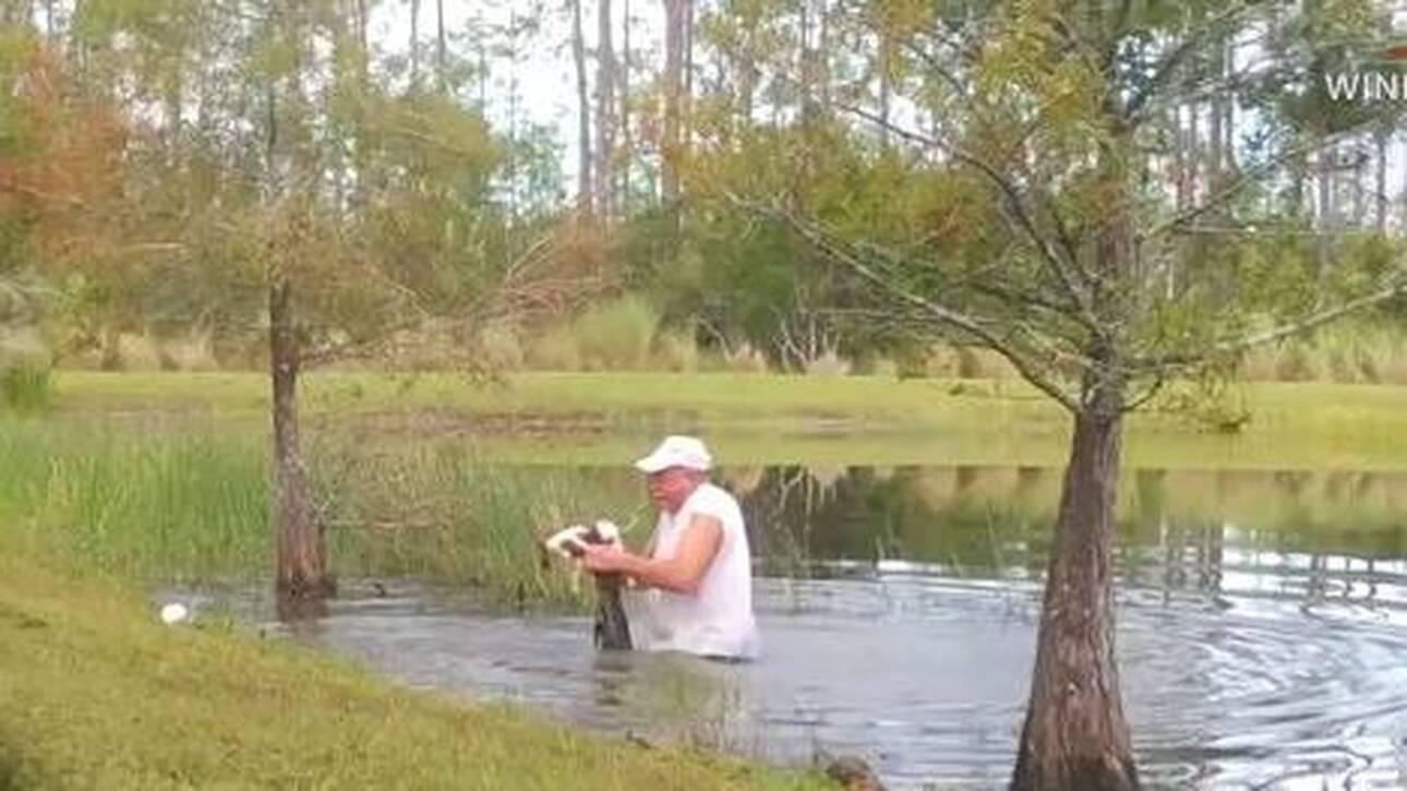ΗΠΑ – Απίστευτο βίντεο: Άντρας σώζει το κουτάβι του από τα σαγόνια αλιγάτορα