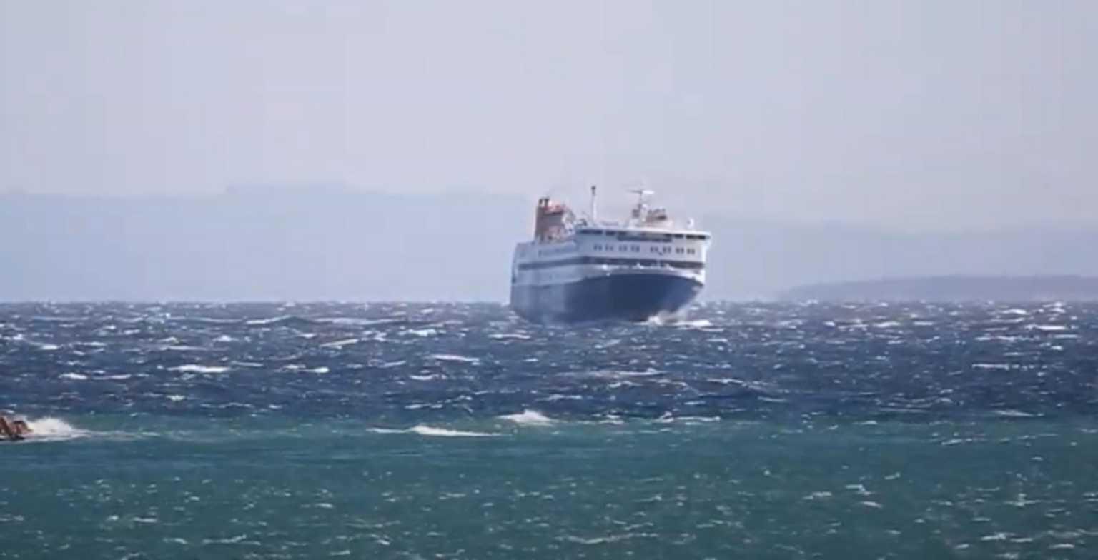 Χίος: Ο καπετάνιος ήξερε καλά τι έπρεπε να κάνει! Η μανούβρα που καθήλωσε μικρούς και μεγάλους (Βίντεο)
