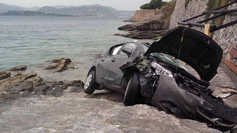 Αυτοκίνητο έπεσε στα βράχια – Επιχείρηση της ΕΜΑΚ