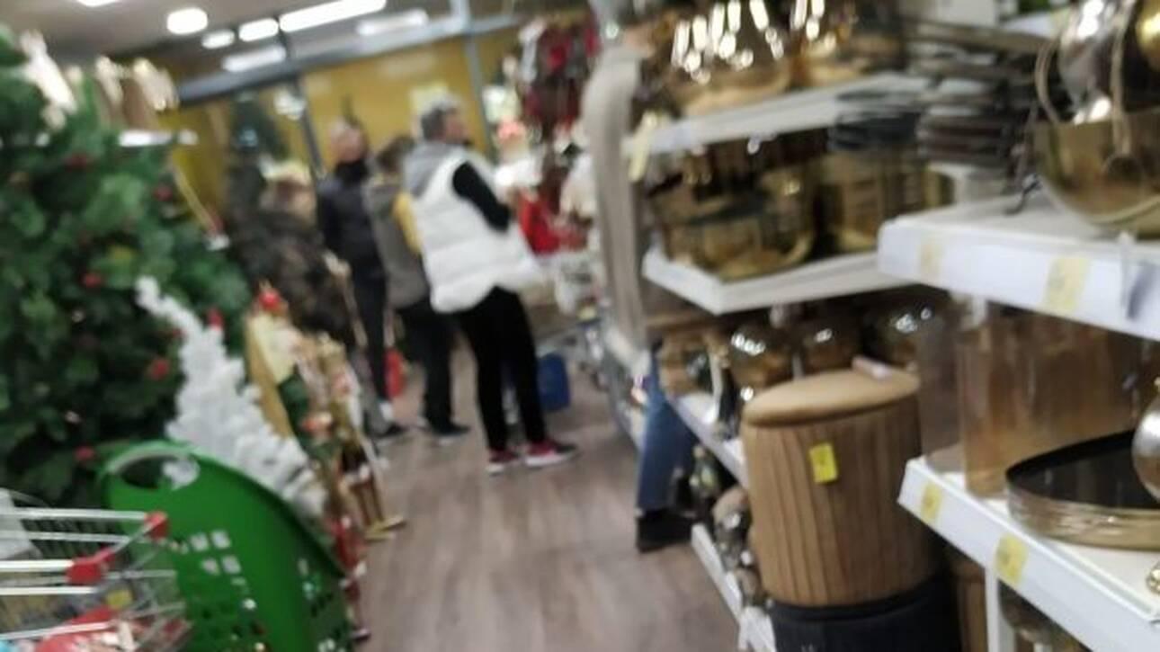 Κατερίνη: Άνοιξαν εμπορικά καταστήματα εν μέσω lockdown – Βάζουν κόσμο από την πίσω πόρτα
