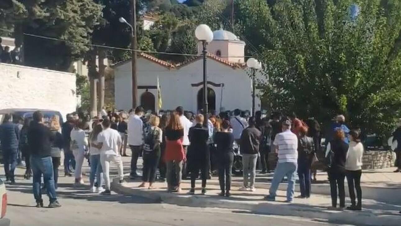 Σάμος: Στα λευκά οι συμμαθητές στην κηδεία της 15χρονης Κλαίρης