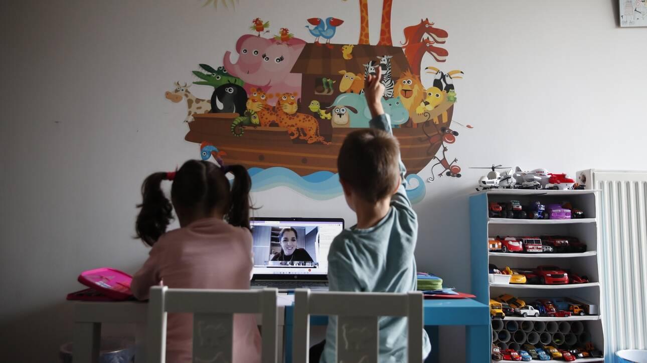 Τηλεκπαίδευση σε νήπια: H προσαρμοστικότητα, η νοσταλγία για το σχολείο και τα… ευτράπελα