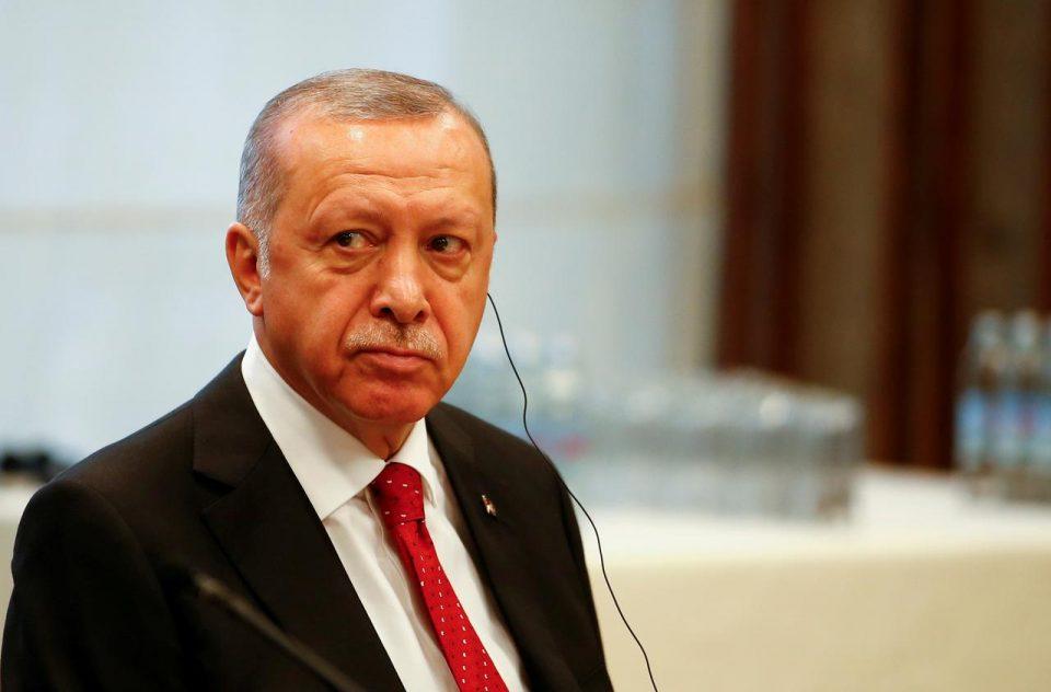 Ο Ερντογάν βλέπει να έρχονται κυρώσεις και στέλνει μηνύματα φιλίας στην Ε.Ε.