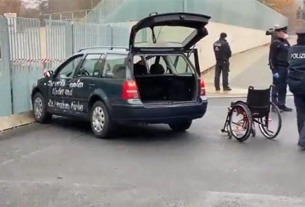 Συναγερμός στο Βερολίνο: Αυτοκίνητο έπεσε στην πόρτα της Καγκελαρίας