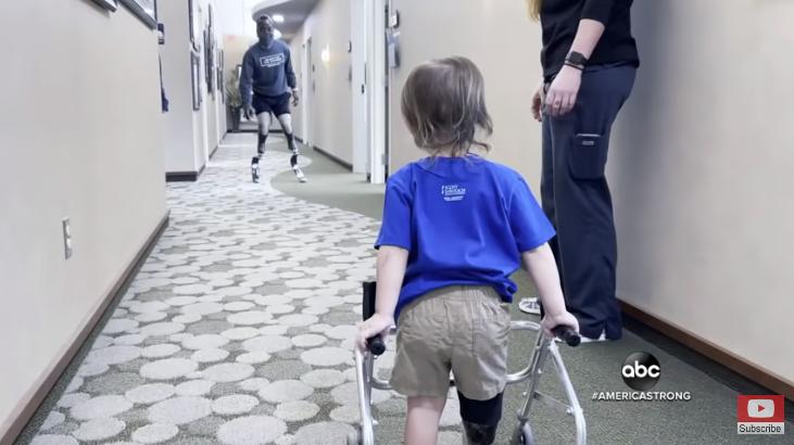Συγκινητικό βίντεο: Παραολυμπιονίκης δίνει δύναμη σε 2χρονο που έβαλε προσθετικό πόδι