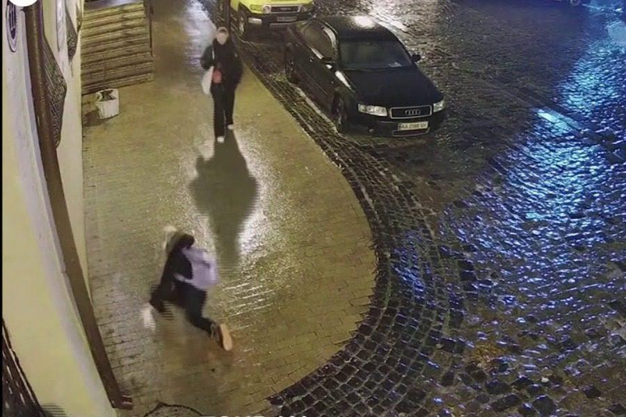Οι απεγνωσμένες τούμπες μιας γυναίκας σε παγωμένο πεζοδρόμιο έγιναν viral