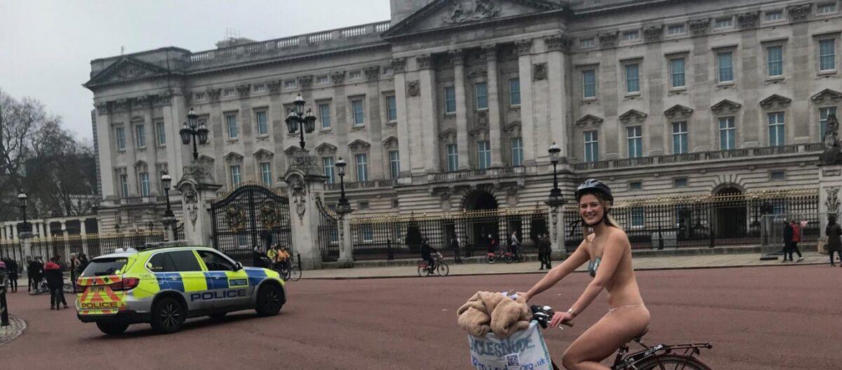Βρετανίδα διένυσε γυμνή με το ποδήλατό της 15 χλμ στο Λονδίνο