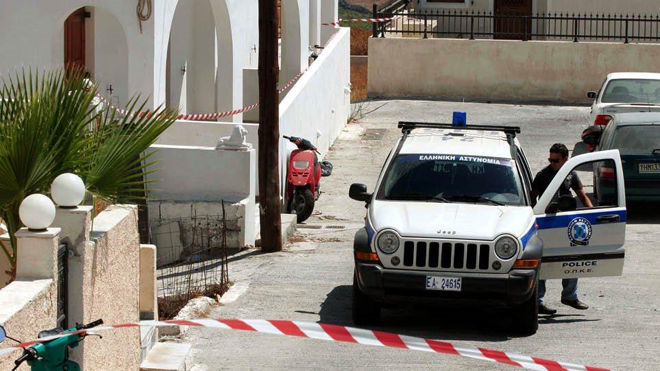 Σαντορίνη: 20χρονος Αλβανός σκότωσε τον ξενοδόχο στο ξύλο – Έλουσε το πτώμα με βότκα και του έβαλε φωτιά