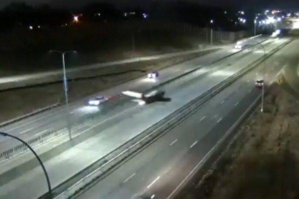 Αεροπλάνο συγκρούστηκε με αυτοκίνητο: Βίντεο με την αναγκαστική προσγείωση σε αυτοκινητόδρομο