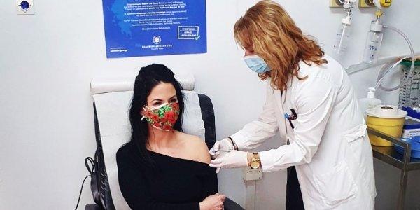 Σάλος με σύζυγο υπουργού που έκανε το εμβόλιο - Τι απαντά