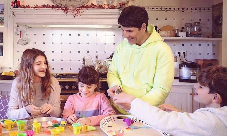 Χριστούγεννα 2020: Σάκης Ρουβάς: Φέτος μας ευχήθηκε με την πιο ωραία οικογενειακή φωτό!