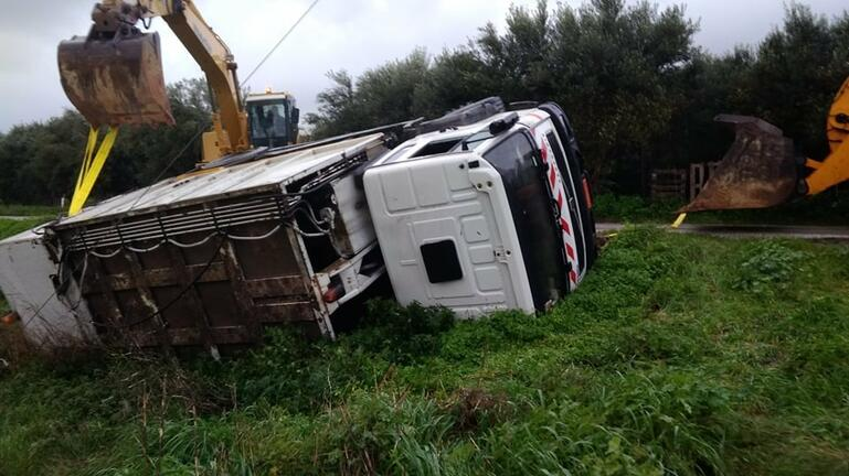 Ατύχημα για απορριμματοφόρο - Ντελαπάρισε και κατέληξε σε χωράφι