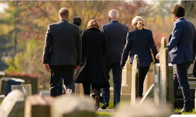 Ο άντρας που στεκόταν στον τάφο του Μπο Μπάιντεν την ώρα που ο πατέρας του ορκιζόταν πρόεδρος των ΗΠΑ