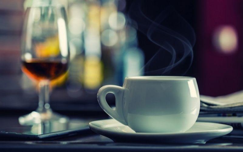 Καφές μετά το αλκοόλ: Πόσο αποτελεσματικός είναι;