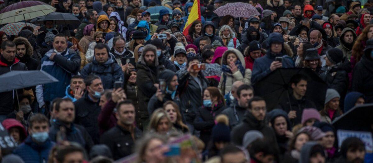 Ισπανική «εξέγερση» κατά της καραντίνας – Χιλιάδες πολίτες πλημμύρισαν τους δρόμους της Μαδρίτης φωνάζοντας «Ελευθερία»