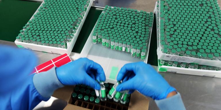 Κόντρα για τα εμβόλια: Η AstraZeneca μείωσε τις παραδόσεις και η ΕΕ απειλεί με μπλόκο τις εξαγωγές της Pfizer στη Βρετανία
