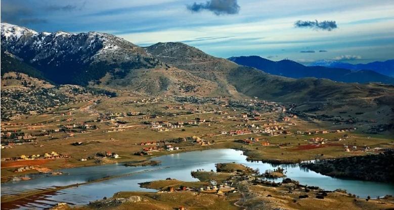 Η εποχιακή λίμνη του Παρνασσού με την καθηλωτική ομορφιά