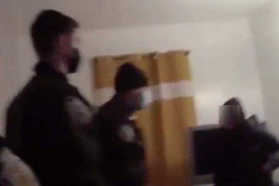Σοkαριστικό βίντεο: Αστυνομικός προσπάθησε να την βοηθήσει κι εκείνη τον μαχαίρωσε στο λαιμό