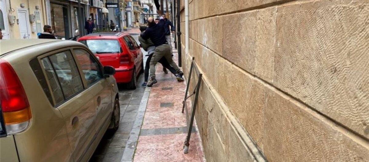 Βίντεο-σοκ από Χίο: Άγρια συμπλοκή «προσφύγων» στο κέντρο της πόλης – «Φύγετε από τη χώρα» φώναζαν απεγνωσμένοι κάτοικοι