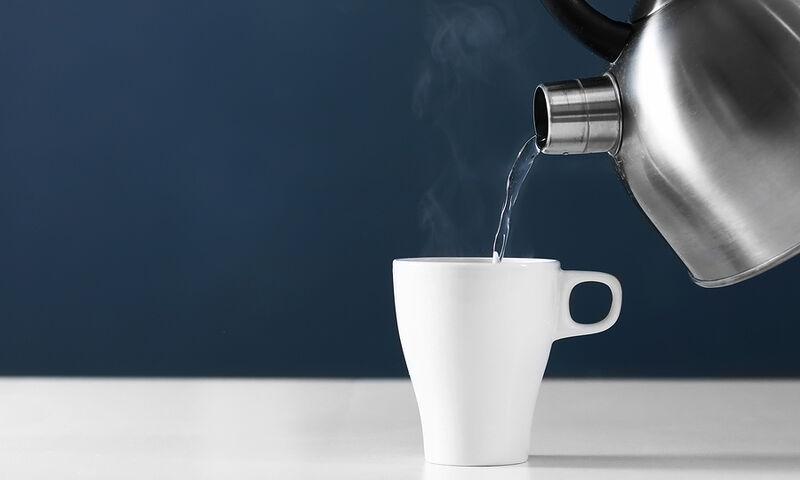 Πότε πρέπει να πίνετε ζεστό νερό – Πού βοηθά (εικόνες)