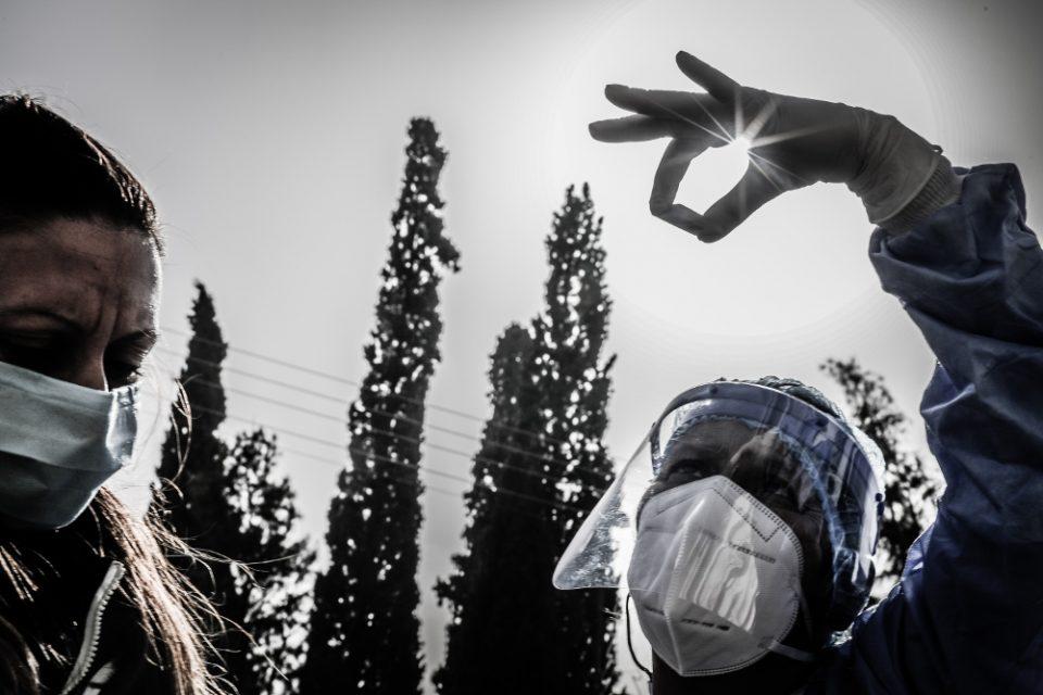 Κορωνοϊός: «Τρόμος» από τη διασπορά της μετάλλαξης, τον συνωστισμό στα καταστήματα και το ιικό φορτίο στην Αττική