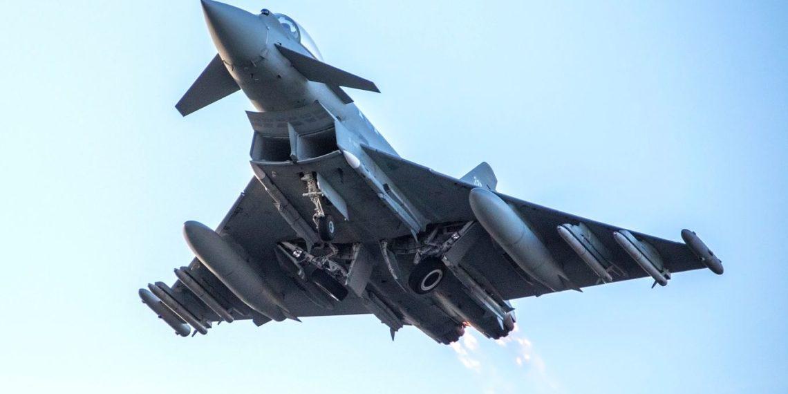 Eurofighter Typhoon: Απίστευτα πλάνα από βρετανικά μαχητικά να σπάνε το φράγμα του ήχου [vid]
