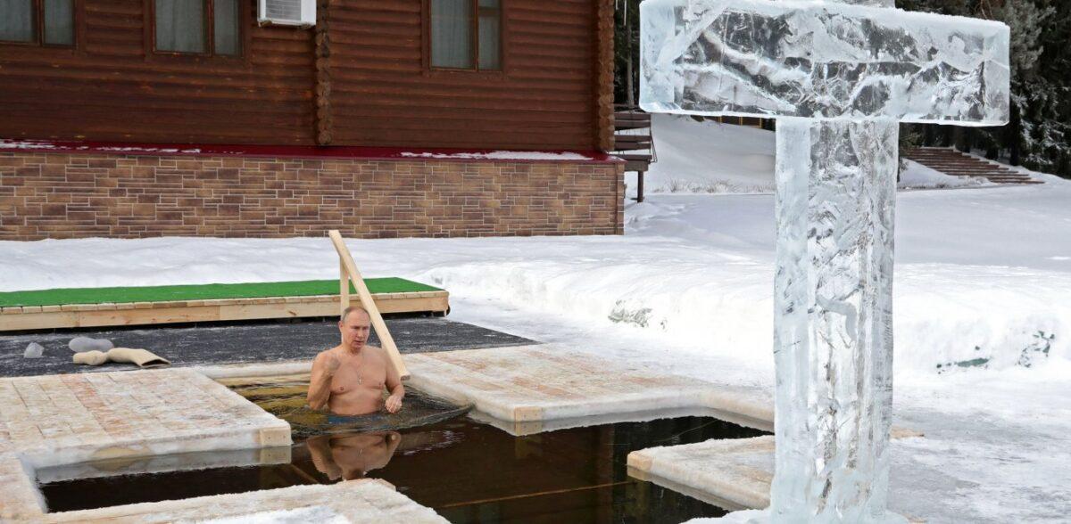 Πούτιν: Βούτηξε στα παγωμένα νερά με μείον 20 βαθμούς για τα Θεοφάνεια