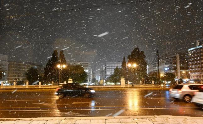Χιονίζει τώρα στο κέντρο της Αθήνας: Δείτε εικόνες από το Σύνταγμα
