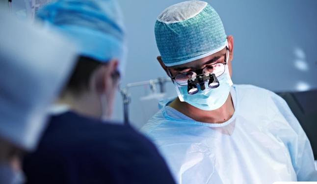 Άντρας εξαπατούσε γυναίκες στο Tinder παριστάνοντας τον διάσημο χειρουργό