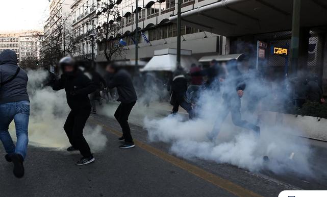 Εικόνες από την ένταση στο κέντρο της Αθήνας στην πορεία για τον Δημήτρη Κουφοντίνα