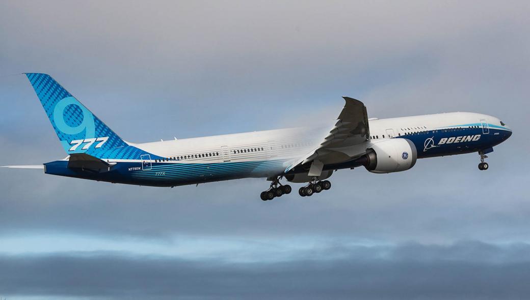 Θρίλερ στις ΗΠΑ με Boeing 777: Έχασε κινητήρα και… «έβρεξε» μέταλλα στο έδαφος!