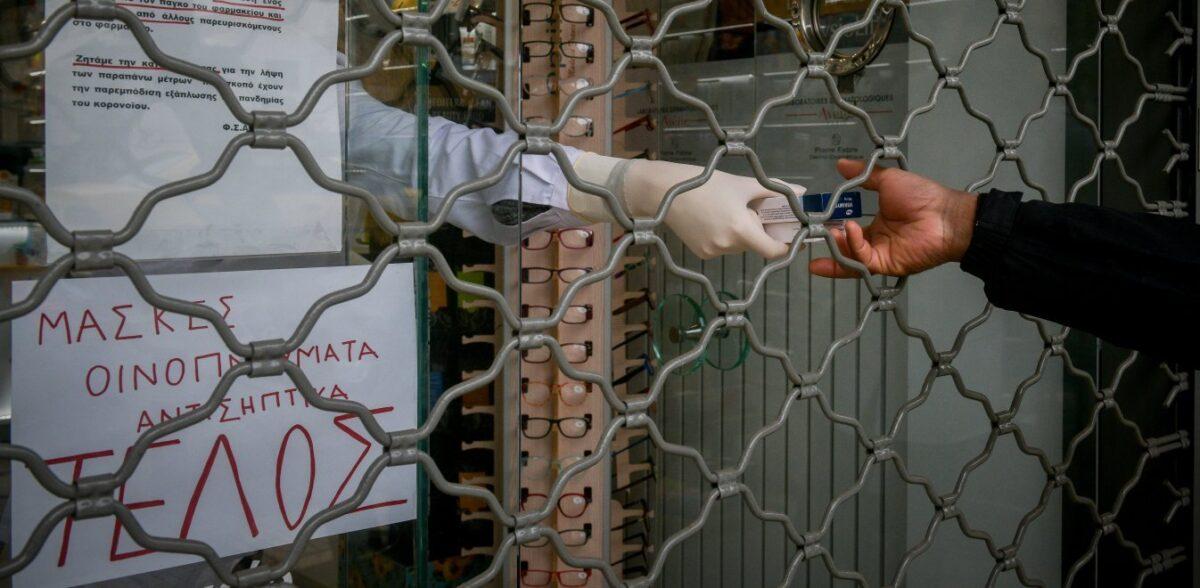 Εύοσμος: Στη μία μεριά του δρόμου σκληρό lockdown, στην άλλη ανοιχτά καταστήματα