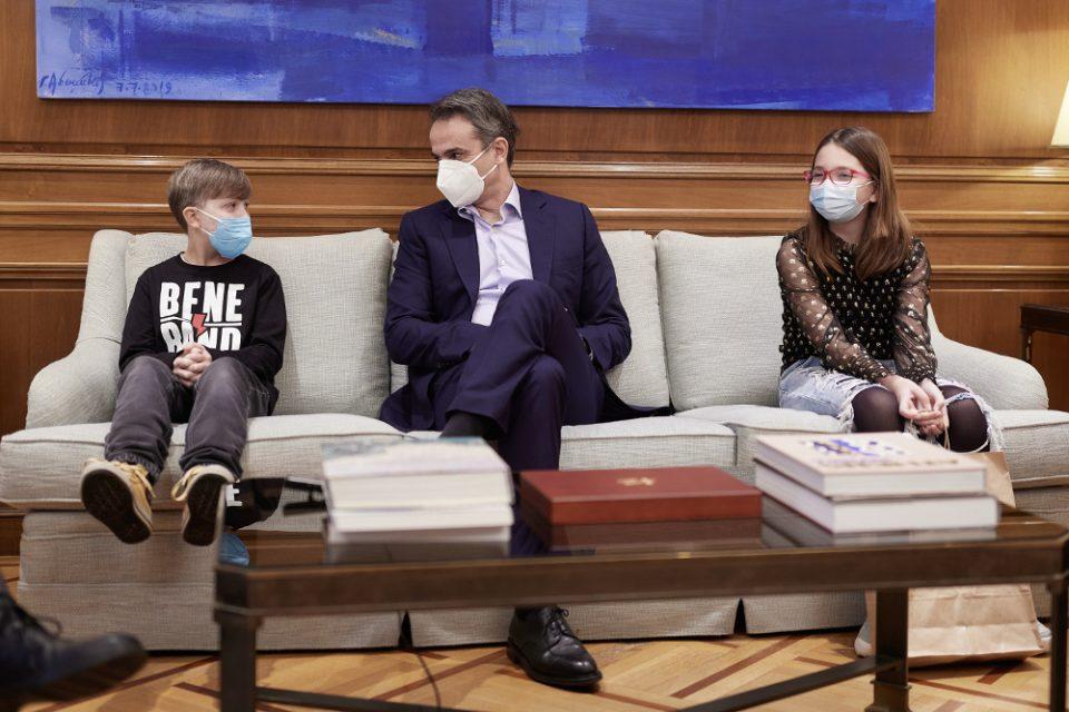 Ο Μητσοτάκης συναντήθηκε με τη Νεφέλη και τον Φίλιππο, τα παιδιά που νίκησαν τον καρκίνο