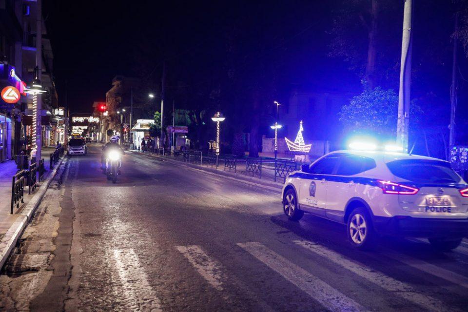 """Επεισοδιακή καταδίωξη 22χρονου – """"Έπεσε"""" πάνω σε αυτοκίνητο της Ασφάλειας"""