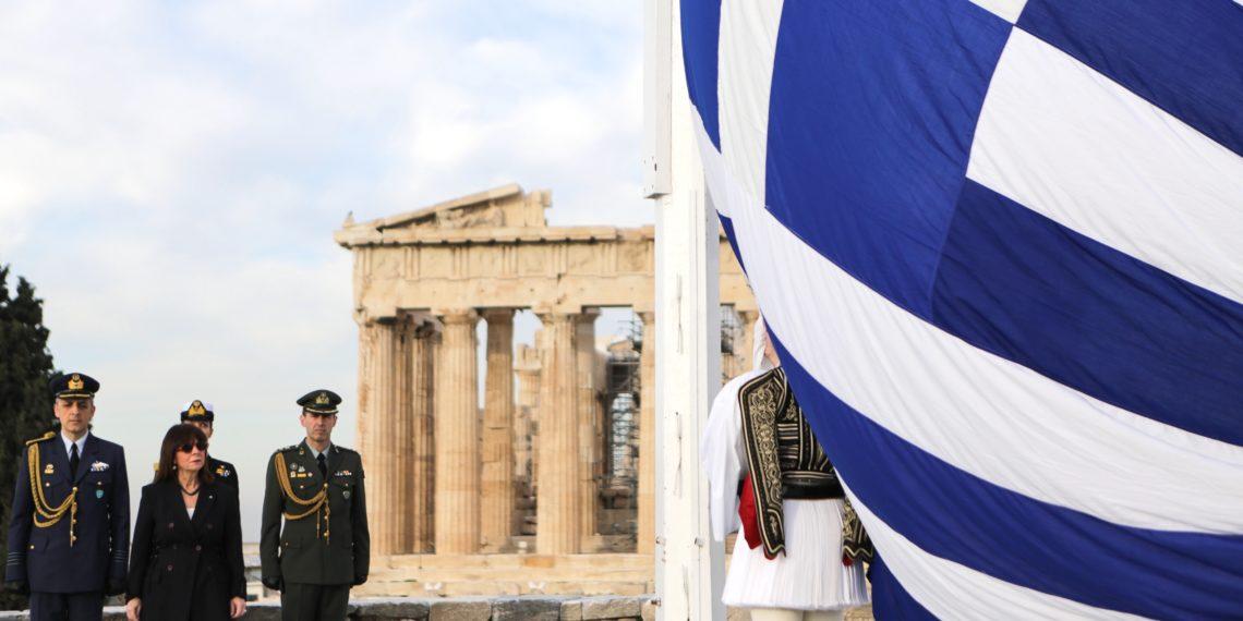 Η Πρόεδρος της Δημοκρατίας παρασημοφορεί τον Ιάκωβο Τσούνη που δίνει την περιουσία του στις Ένοπλες Δυνάμεις
