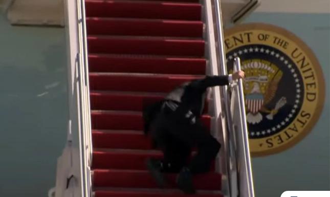 Ατύχημα για τον Τζο Μπάιντεν: Μπέρδεψε τα πόδια του και έπεσε στις σκάλες του Air Force One