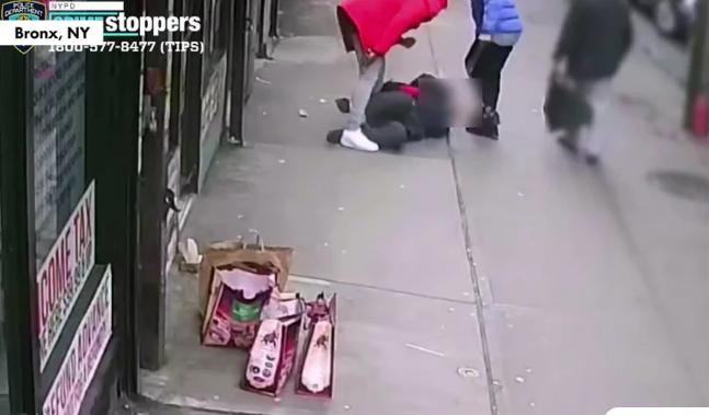 Άγριος ξυλοδαρμός: Τον ρίχνουν στο πεζοδρόμιο και τον κλωτσούν στο κεφάλι – Οι περαστικοί απλώς παρακολουθούν