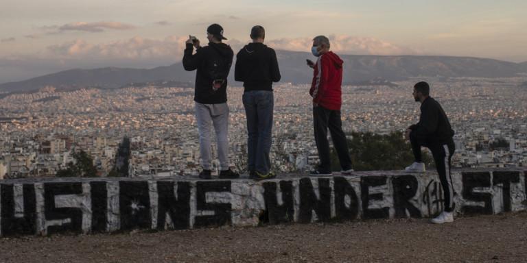 Το Σαββατοκύριακο βόλτες μόνο στη γειτονιά μας: Το ωράριο απαγόρευσης κυκλοφορίας -Τι ισχύει με τα SMS