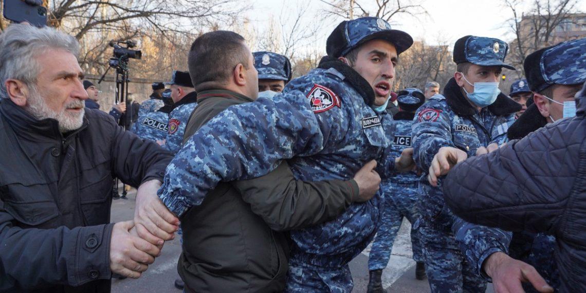 Κρίση στην Αρμενία: Ο πρωθυπουργός καθαίρεσε τον Αρχηγό των ΕΔ – Δεν επικυρώνει ο Πρόεδρος