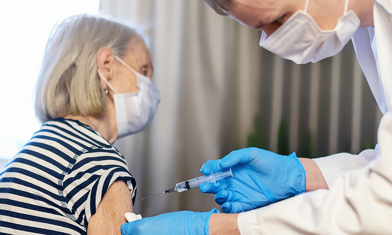 Κορονοϊός: Πόσο αυξάνει το προσδόκιμο ζωής των ηλικιωμένων ο εμβολιασμός