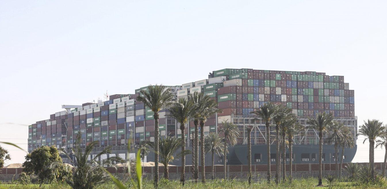 Διώρυγα Σουέζ: Ελπίδες αποκόλλησης του Ever Given από την παλίρροια – 14 ρυμουλκά δίνουν μάχη