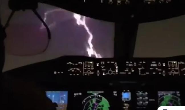 Τρομακτικό βίντεο: Κεραυνός χτυπάει αεροπλάνο τη στιγμή που ετοιμάζεται για προσγείωση