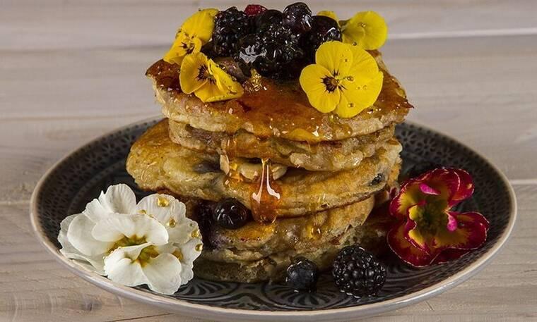 Πεντανόστιμα pancakes με γιαούρτι και φρούτα από τον Άκη Πετρετζίκη