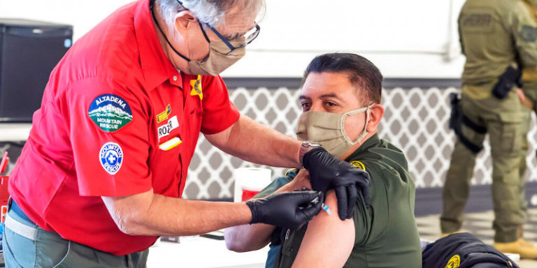 ΗΠΑ: Οσοι έχουν εμβολιαστεί πλήρως μπορούν να συναντηθούν με άλλους χωρίς να φορούν μάσκες