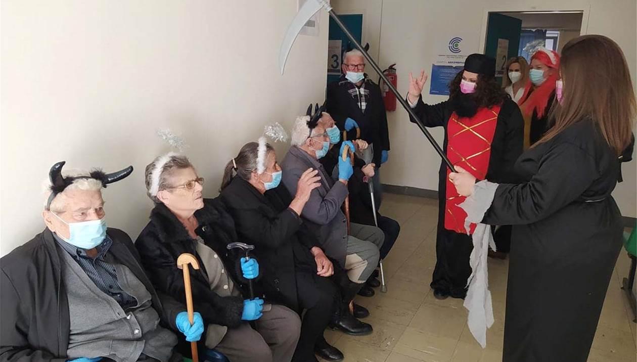 Ηλικιωμένοι ντυμένοι «διαβολάκια» και αγγελάκια» «ξεσήκωσαν» το εμβολιαστικό κέντρο