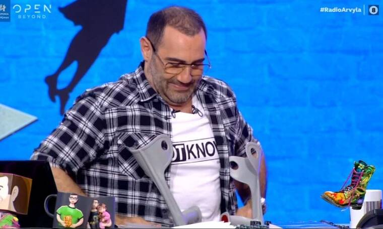 Ράδιο Αρβύλα: Με πατερίτσες ο Αντώνης Κανάκης – Τι συνέβη;