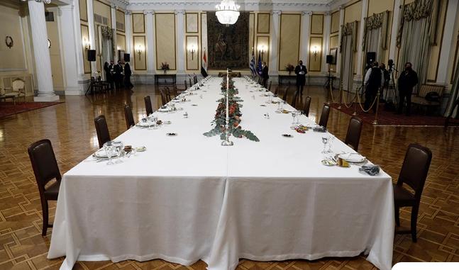 Το μενού στο Προεδρικό Μέγαρο για τους ξένους ηγέτες: Μπισκότο με μελάνι σουπιάς, κιμάς γαρίδας και χριστόψαρο